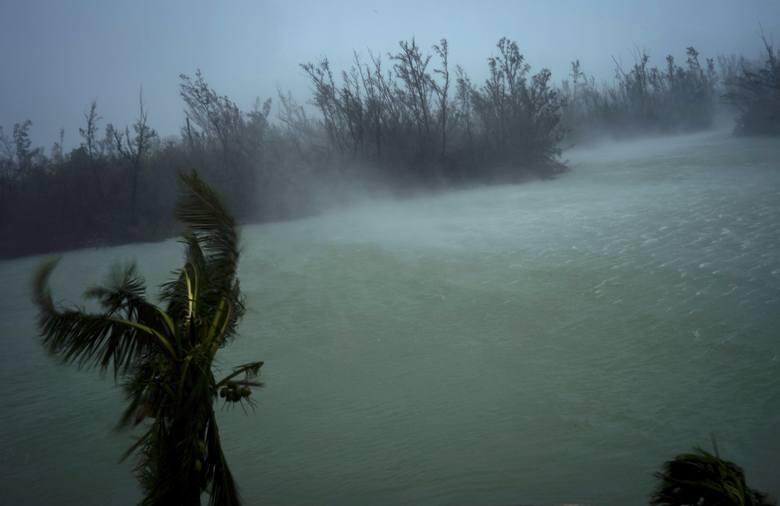 Huragan Dorian dewastował Bahamy, kieruje się w stronę USA [TRANSMISJA NA ŻYWO] [KAMERY LIVE] [ZDJĘCIA] Co najmniej jedna ofiara śmiertelna