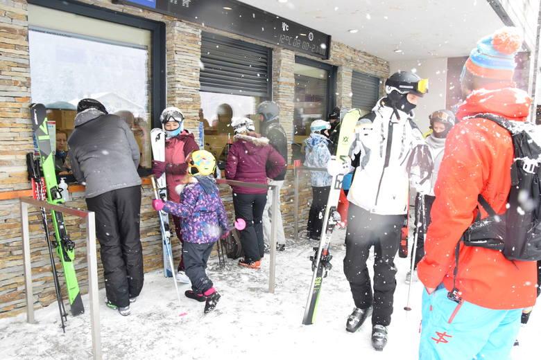 Ośrodki narciarskie w Beskidach są oblegane.- Cieszymy się, że mogliśmy się otworzyć, że będziemy mogli uratować chociaż kawałek tej zimy. A takiej zimy