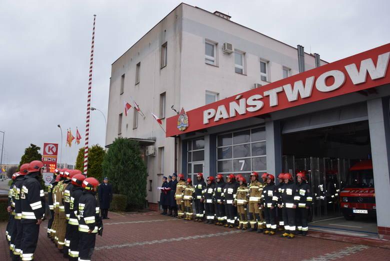 W 101. rocznicę odzyskania przez Polskę niepodległości, w Komendzie Miejskiej PSP w Przemyślu podniesiono flagę państwową przy dźwiękach hymnu państwowego