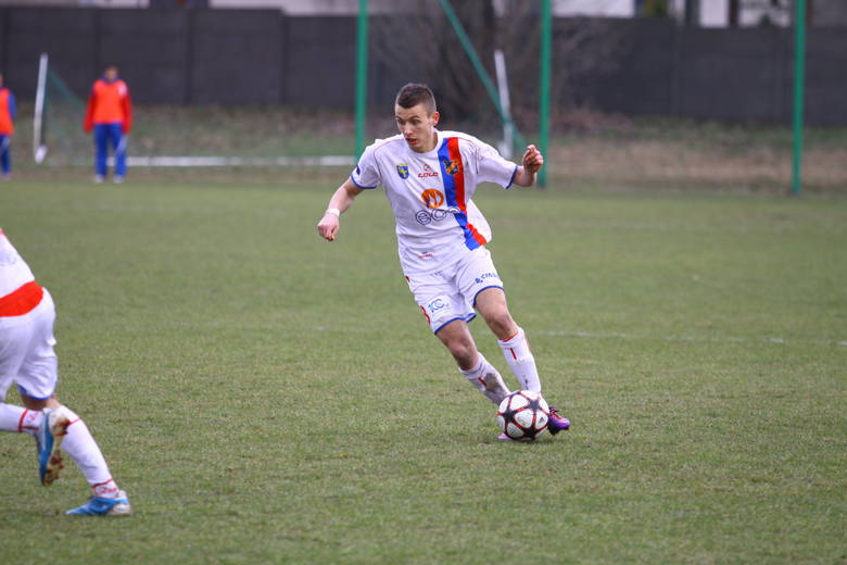 Adrian Krysian zdobył obie bramki dla Odry w starciu z zespołem z Namysłowa.
