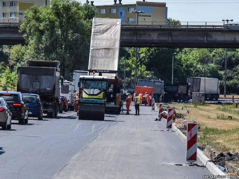 Wielkie korki na alei Jana Pawła II w Bydgoszczy. Zerwano tony asfaltu [zobacz zdjęcia]