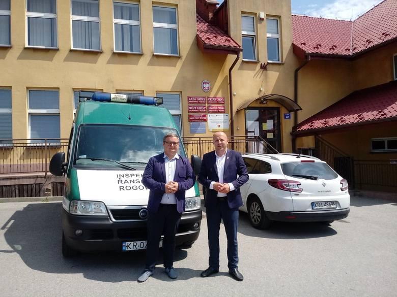 Przekazanie samochodu specjalistycznego dla gminy Jerzmanowice-Przeginia. Wójt Tomasz Gwizdała (z prawej) odebrał go od Tomasza Tomali, szefa gabinetu