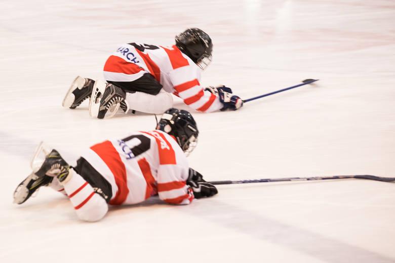 Trening na lodowisku Cracovii. Dzieci ćwiczą  trzy razy w tygodniu. W sezonie dodatkowo wyjeżdżają w każdy weekend