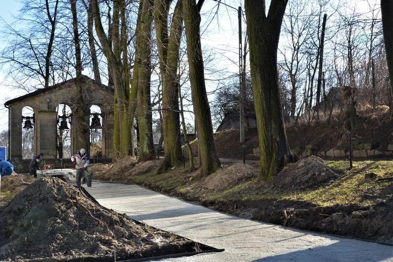 Prace na wzgórzu zamkowym i w parku miejskim