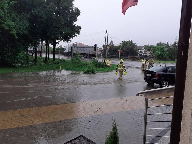 W poniedziałek i wtorek ponad dziewięćdziesiąt razy interweniowali strażacy z powiatu grójeckiego, w środę wyjazdów od rana do godziny piętnastej mieli
