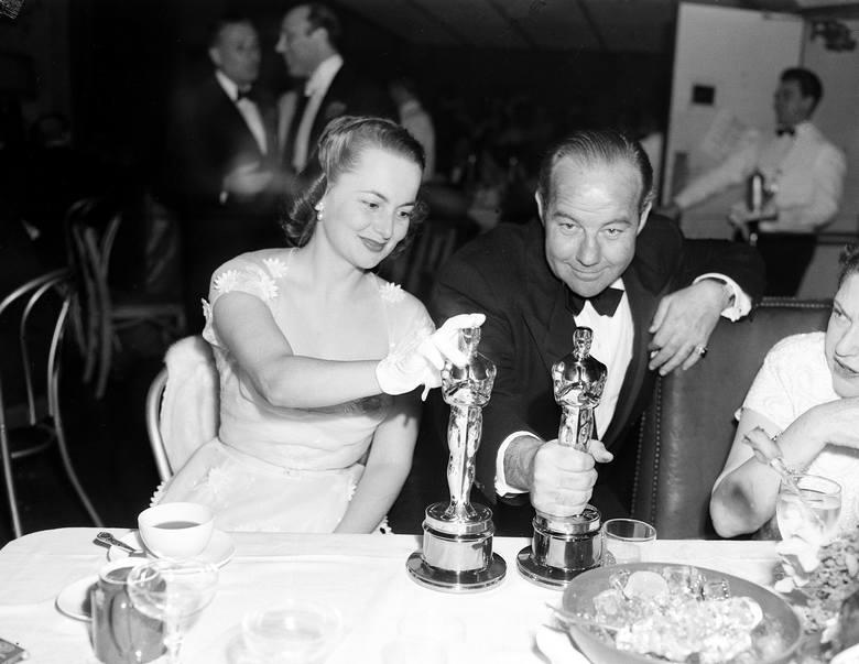 """Olivia de Havilland i Broderick Crawford podczas oscarowej kolacji ze statuetkami za najlepsze role pierwszoplanowe - za filmy """"Dziedziczka"""""""