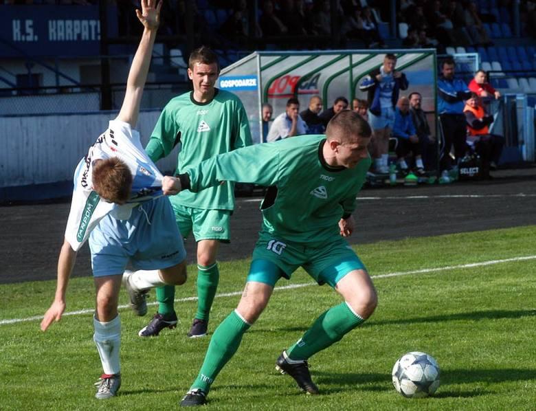 Karpaty Krosno-Orleta Radzyn PodlaskiKarpaty Krosno (bialo-niebieskie stroje) przegraly na swoim boisku z Orletami Radzyn Podlaski 0:1 (0:0)
