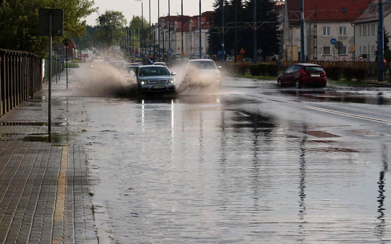 Około godziny 16:30 nad dzielnicami Rządz i Strzemięcin przeszła krótkotrwała nawałnic z obfitymi opadami deszczu. Wkrótce po tym problemy z przejechaniem