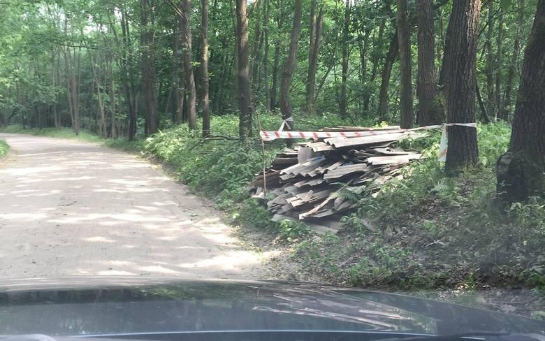 Przy drodze przebiegającej przez środek Puszczy Zielonki porzucono płyty eternitowe, zdjęte najprawdopodobniej z dachu. Mieszkańcy gminy Czerwonak boją