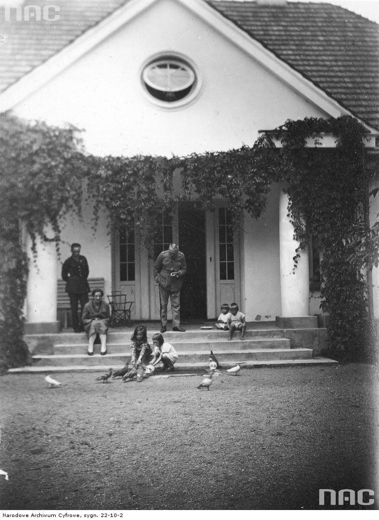 Marszałek Polski Józef Piłsudski w towarzystwie żony Aleksandry, córek Wandy i Jadwigi (karmią gołębie) i swojego adiutanta por. Michała Galińskiego