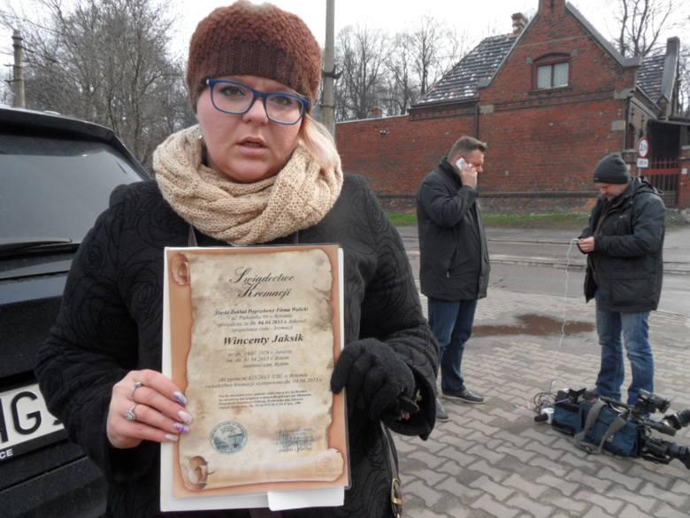 Katarzyna Jaksik-Lądwik przyjechała pod krematorium. Czy krematorium na Śląsku bezcześciło zwłoki zmarłych? Tak wynika z dziennikarskiego śledztwa Supewrwizjera
