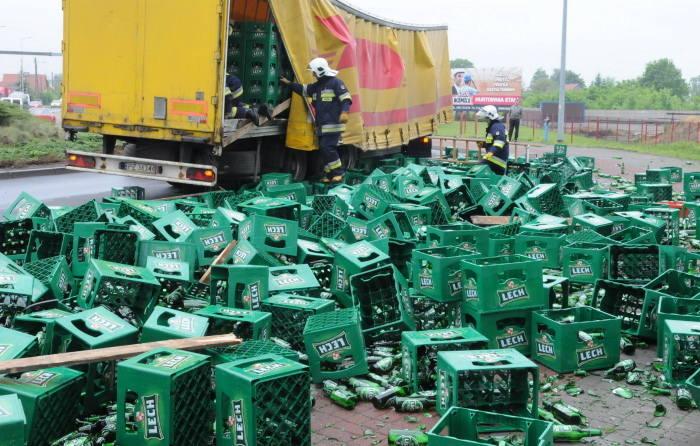 W Gorzowie wywróciła się ciężarówka z piwem