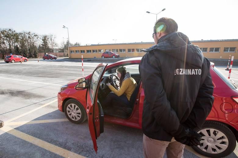 """Wojewódzki Ośrodek Ruchu Drogowego w Szczecinie odnotował panią, która ma na koncie 61 podejść do upragnionego prawa jazdy kategorii """"B"""".63-latce, bo"""