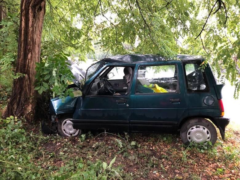 Do wypadku doszło w poniedziałek, 9 września, w Łazie koło Zielonej Góry. Kierujący tico na zakręcie wpadł w poślizg, wypadł z drogi i uderzył w drzewo.Kierujący