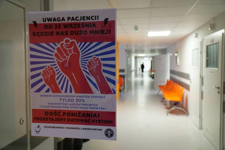 Fizjoterapeuci i diagności nie przestają walczyć o godne wynagrodzenie. Od poniedziałku w całej Polsce z powodu protestu brakuje specjalistów, a badania wykonywane są z dużym opóźnieniem. - Zostaliśmy postawieni pod ścianą. Skończyły nam się już pokojowe pomysły na zwrócenie uwagi na nasz problem...