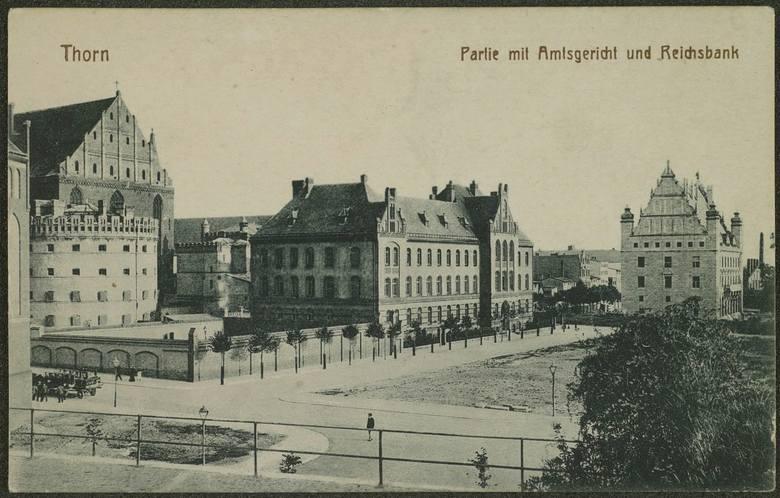 Od zachodu i północy Wały były zamknięte fortyfikacjami XIX-wiecznymi. Schron, który stał w miejscu obecnego Centrum Sztuki Współczesnej, był bardzo