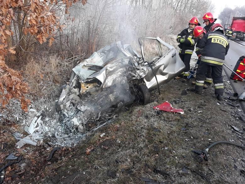 W wypadku na drodze powiatowej ze Zduńskiej Woli do Szadku w Suchoczasach zginął kierowca samochodu osobowego.