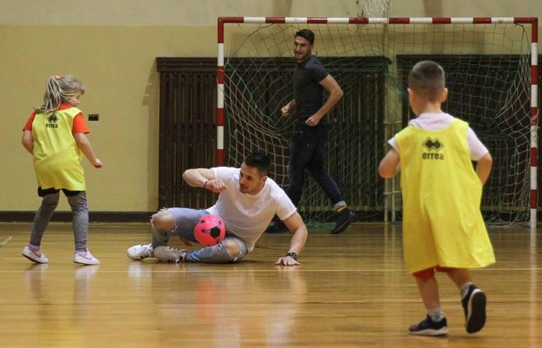 Piłkarze Korony Kielce zagrali w pokazowym meczu trojek piłkarskich w Szkole Podstawowej 34 w Kielcach. Zmierzyli się z zespołami z Footballmanii składającymi