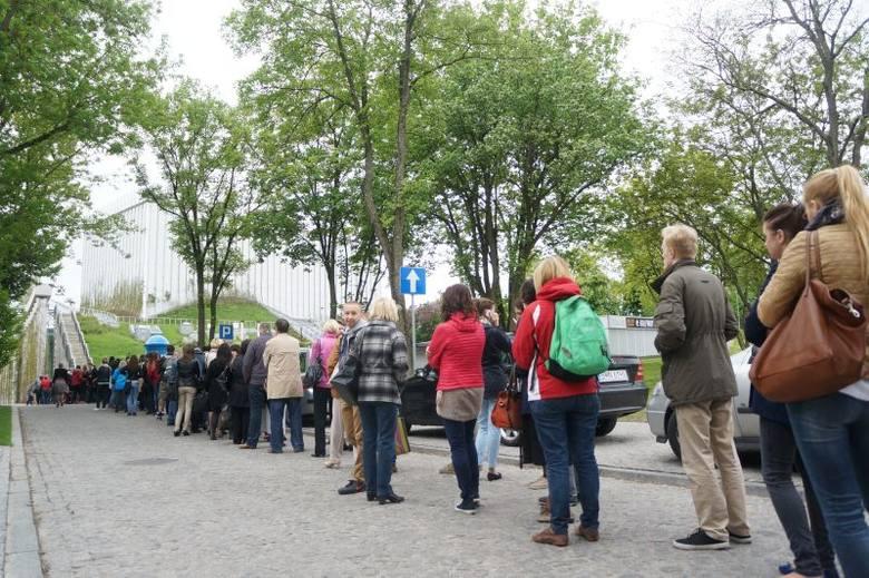 Ul. Odeska 1. Wielka kolejka po bilety za 250 groszy do OiFP (zdjęcia, wideo)