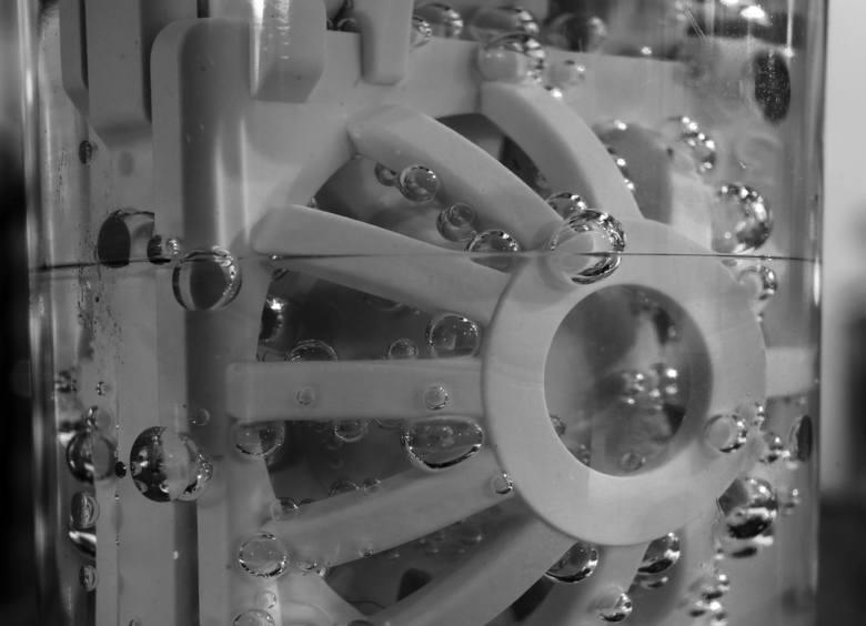 Soczewki kontaktowe można dezynfekować w płynie, w którym w reakcji z tworzywem pojemnika powstaje woda utleniona.