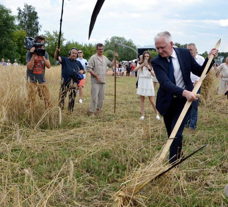 Wicepremier Jarosław Gowin z kosą w ręku wziął udział w powiatowej zabawie pod Łowiczem