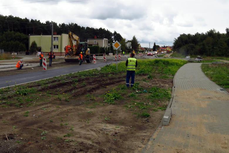 Wykonawca robót firma Polbud w dniach 23-24 września br. zamierza układać warstwy asfaltowe w obrębie ronda na granicy miasta Ustka i Wodnicy. W związku