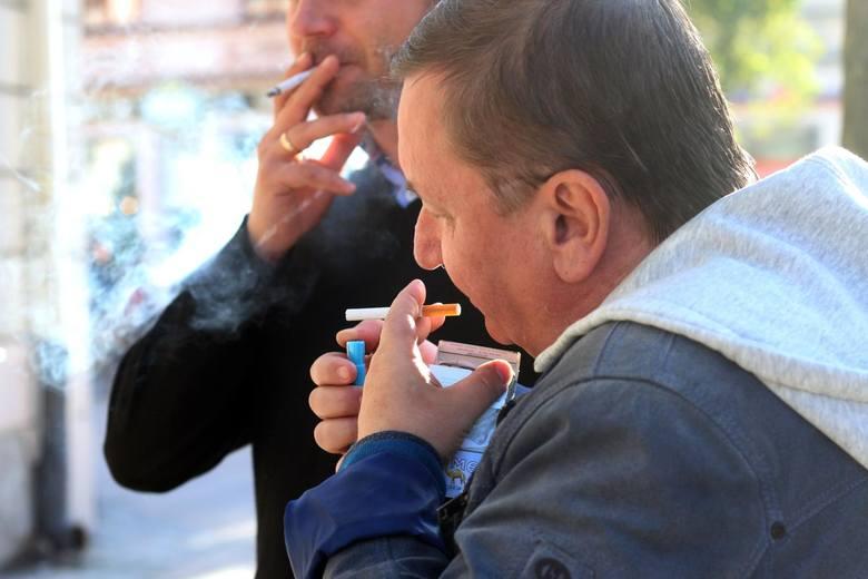 W górę pójdzie także akcyza na alkohol i papierosy. Od połowy następnego roku podrożeją także e-papierosy, które na razie są objęte zerową akcyzą. Od