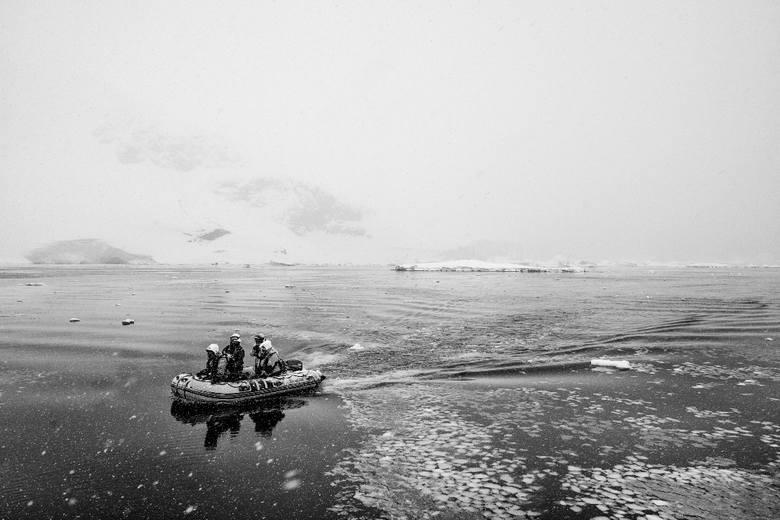 """Autor: Mariusz Janiszewski, """"National Geographic""""Antarktyda. Reportaż powstał podczas antarktycznego rejsu jesienią 2018 roku, autor był członkiem załogi"""