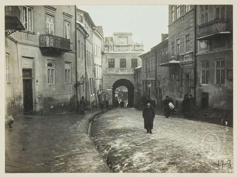 Modrzewiowy dworek przy ulicy Namiestnikowskiej w Lublinie (dziś Narutowicza). Sfotografowany chwile przed tym, jak w lipcu 1912 roku został rozebra