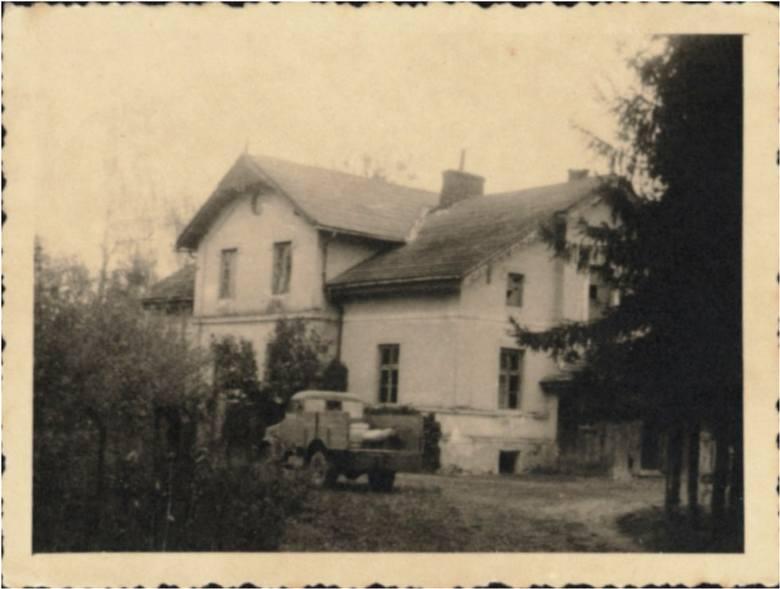 Zdjęcie z roku 1945. W tym budynku z Żabiej Woli miało powstać sanatorium jadolecznictwa. Na pierwszym planie samochód Bedford należący do Spółdzielni Związek Pszczelarzy.