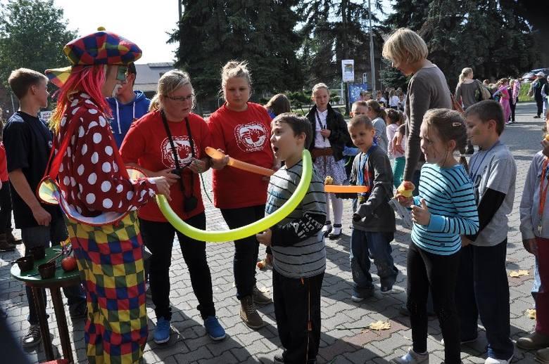 """Spotkanie Rodzinne """"Kluczborskie Kasztanki"""" w tym roku zorganizowano już po raz trzynasty. Co roku impreza odbywa się na Rynku, ale w tym roku"""