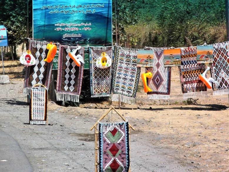 W Anzali masowo wyrabia się i sprzedaje makatki i serwety w perskie wzory