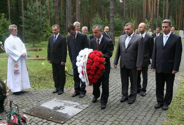 Ostrołęczanie oddali hołd pomordowanym w Katyniu (zdjęcia)