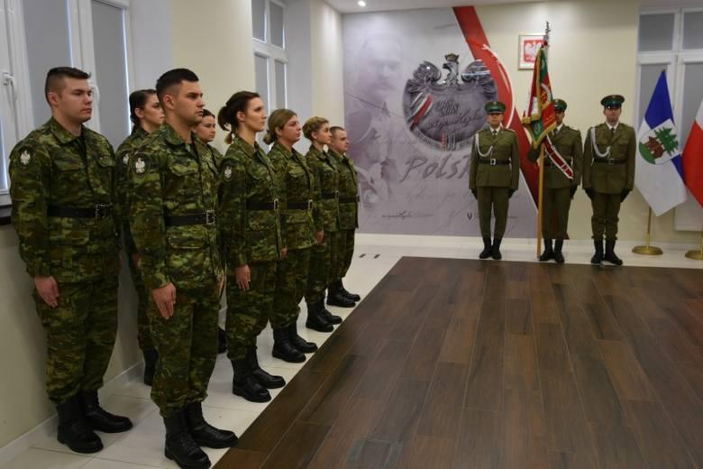 W asyście pocztu sztandarowego Warmińsko-Mazurskiego Oddziału Straży Granicznej w piątek 9 nowych funkcjonariuszy wypowiedziało słowa roty. Ślubowanie