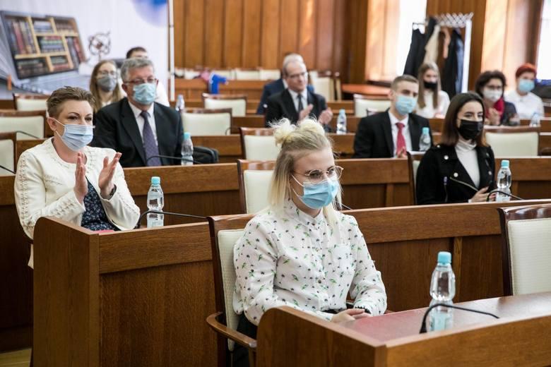 Pół tysiąca uczniów techników i szkół branżowych w regionie otrzymało marszałkowskie stypendia