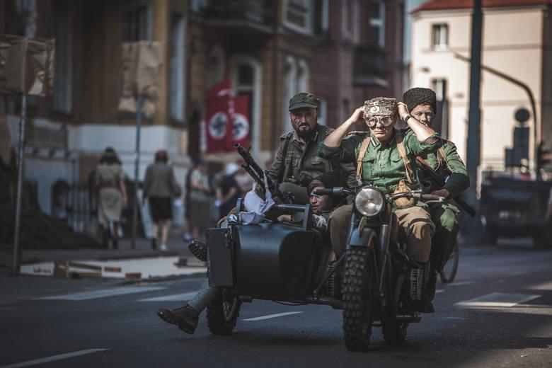 O 16:30 na alei Sienkiewicza odbyła się rekonstrukcja historyczna, ukazująca życie codzienne okupowanej Warszawy oraz walki powstańców. Rekonstrukcja