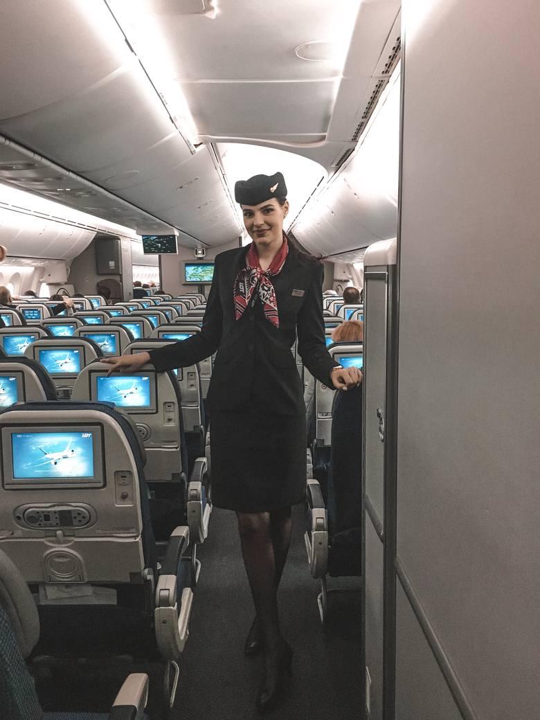 Dominika Witczak jest stewardesą z Polskich Liniach Lotniczych LOT