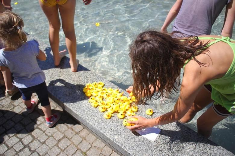 Setki kaczuszek w fontannie. Co się działo pod Operą?