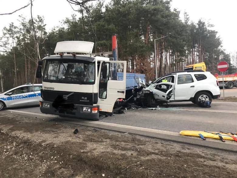 Tragiczny wypadek pod Kozienicami wydarzył się w środę: zginął pasażer samochodu osobowego. Kierowca tego auta walczy o życie i został zabrany helikopterem