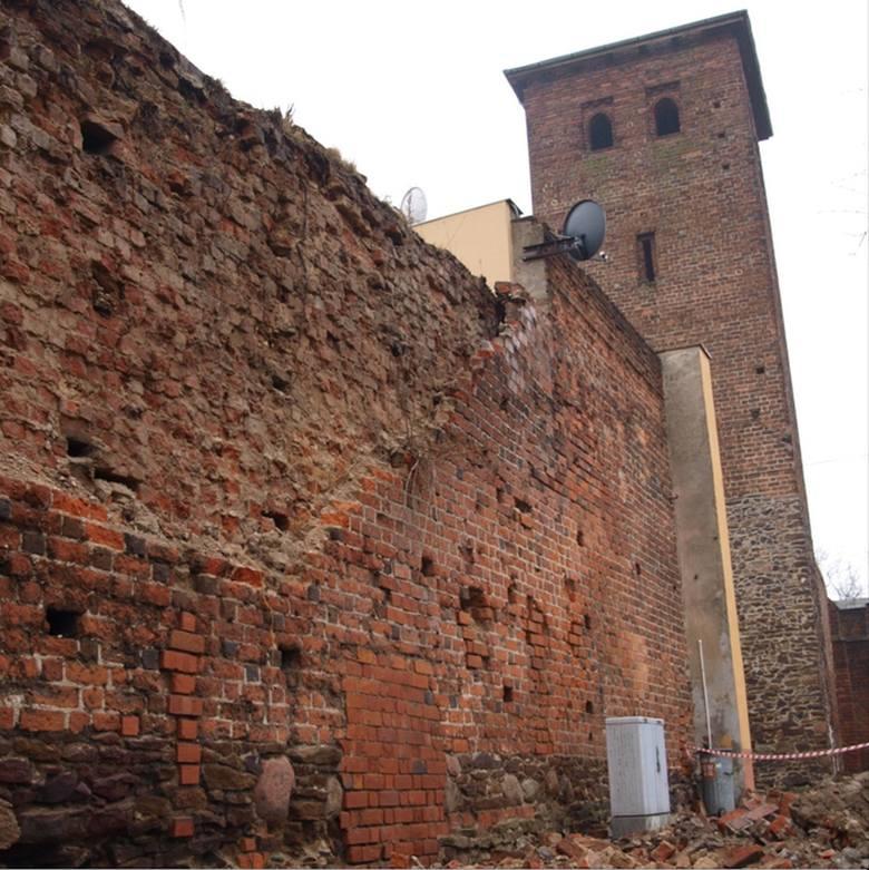 Średniowieczne mury obronne w Byczynie. Jeden ze zniszczonych fragmentów obwarowań.