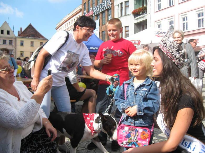 Na festynie rodzinnym w Rynku Miss Polska Agata Szewioła chętnie pozowała do zdjęć.