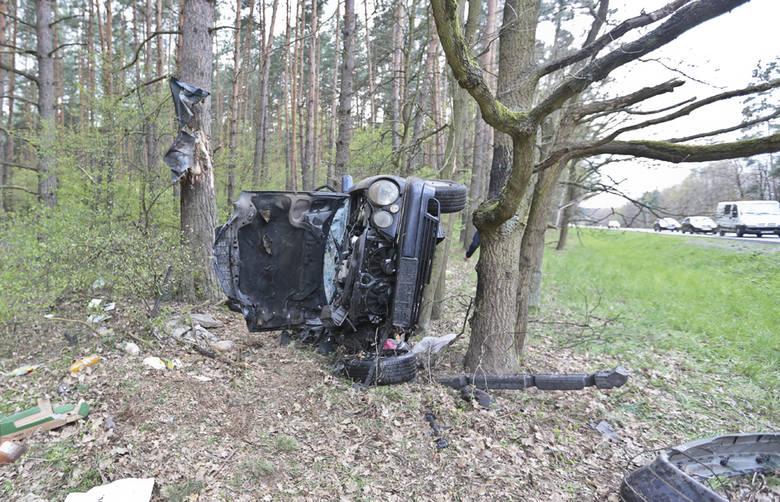 Rozpędzone auto uderzyło w drzewo na wysokości aż 3 metrów nad ziemią.