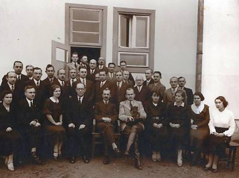 Dyrekcja i pion administracyjno-techniczny Tartaku Państwowego w Hajnówce na tle biurowca, 1936 r. Na zdjęciu między innymi dyrektor M. Stasiewicz, z-ca