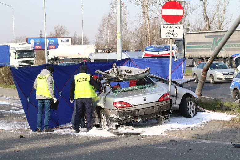 Śmiertelny wypadek na Psim Polu. Auto rozpadło się po uderzeniu w latarnię (ZDJĘCIA)
