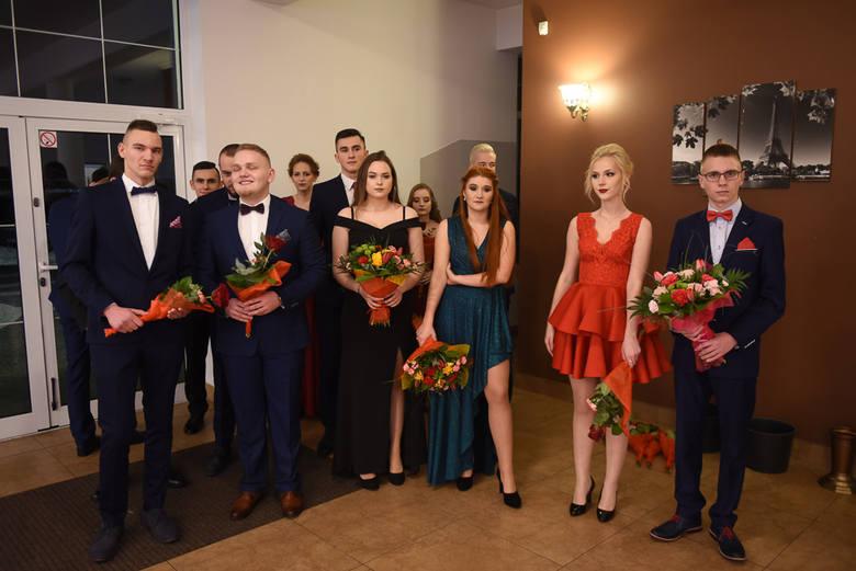 Zobaczcie, jak na swojej studniówce bawili się uczniowie VI Liceum Ogólnokształcącego w Toruniu. Impreza odbyła się w restauracji Bumerang. Zobaczcie