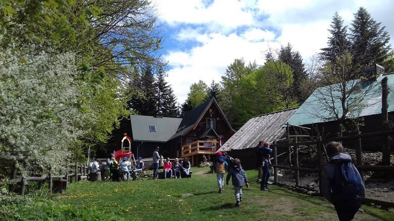KUDŁACZE (schronisko PTTK)Początek trasy: Poręba (pow. myślenicki), przełęcz Działek. Dojazd z Krakowa - ok. 1 godz.Długość trasy: 2,2 km + powrót.Czas