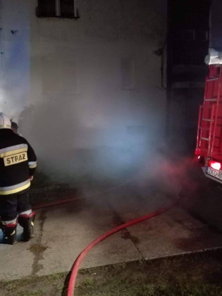 Pożar w piwnicy bloku w Starym Bornem (gmina Bobolice) postawił na nogi znaczne siły strażackie.W piątkowy wieczór mieszkańców domu wielorodzinnego w
