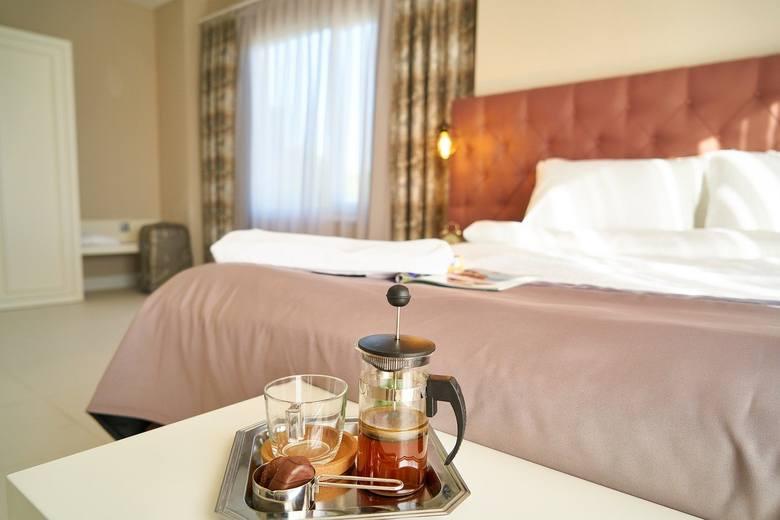 Hotele:Hotele dostępne dla wszystkich przy zachowaniu reżimu sanitarnego. 50 proc. dostępnych pokoi, posiłki serwowane tylko do pokoju.Sprawdź, co jest