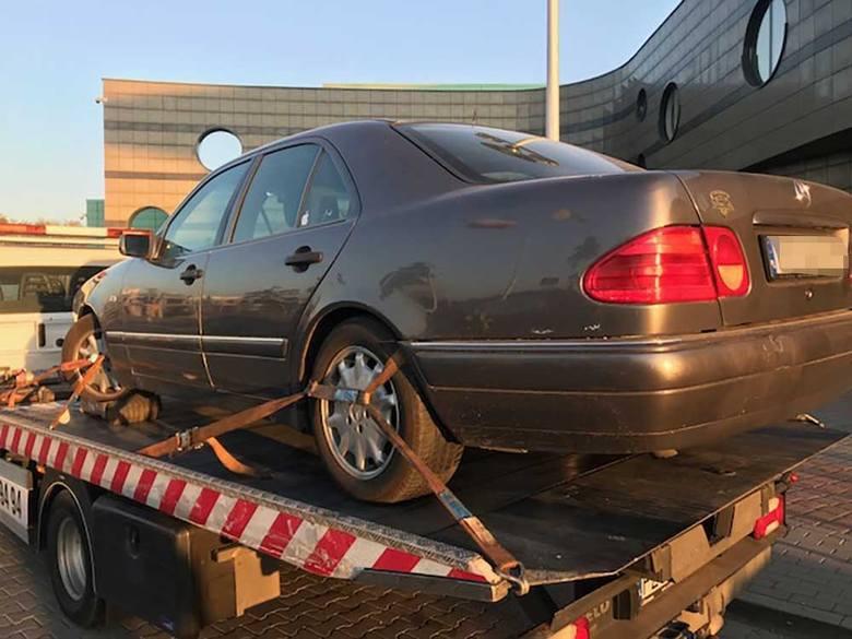 W czwartek, 11 października, na polecenie policji zostały odholowane samochody zaparkowane nieprawidłowo przed halą CRS w Zielonej Górze. – Nagle z budynku