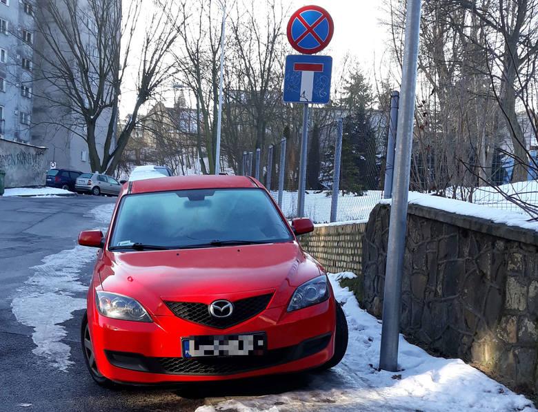 Nasza Czytelniczka wysłała nam zdjęcia mazdy, której kierowca zaparkował samochód na chodniku w taki sposób, że nie sposób obok niego przejść. Dodatkowo